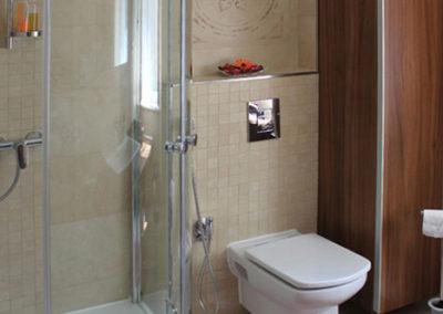 Apartmanház fürdőszobája