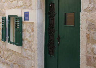 Apartmanház bejárata Pag óvárosában