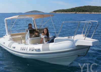 Ragusa 750 motorcsónak a tengeren